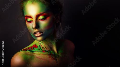 Obraz na płótnie piękna dziewczyna z kreatywnych makijaż. efekt photoshopa. Zielony. Kreatywny makijaż, fotografia studyjna, obróbka zdjęć,