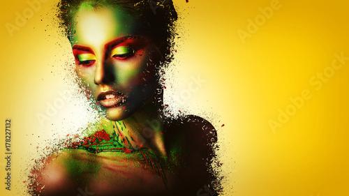 Zdjęcie XXL Moda model dziewczyna portret z kolorowy proszek tworzą. Piękna kobieta z jasny kolor makijażu. Zbliżenie twarzy stylu pani Vogue, streszczenie kolorowy makijaż, projekt. Czarne tło. skopiuj miejsce