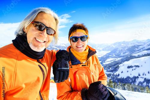 Stickers pour porte Glisse hiver Senior Couple In The Mountains
