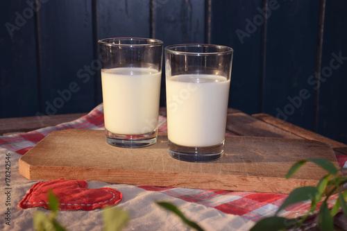 Fototapeta Dwie szklanki mleka wieczorem