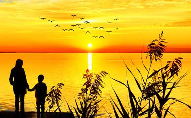 madre e hijo mirando la puesta de sol