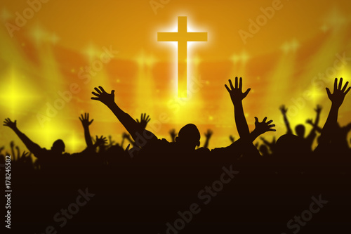 Foto Silhouette of Christian prayers raising hand while praying to the Jesus
