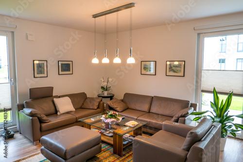 Modernes Wohnzimmer Mit Brauner Couch Und Designerlicht Buy This