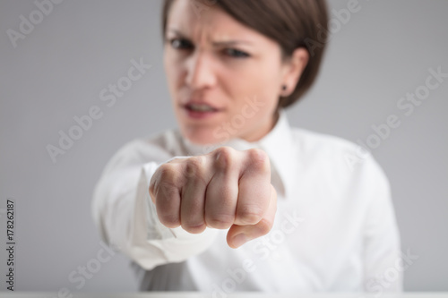 Fotografia focus on a punch of an angry woman