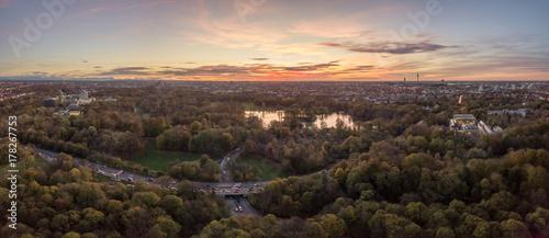 Fototapety, obrazy: Der Englische Garten von München im Herbst mit dem Kleinhesseloher See von oben als Luftbild