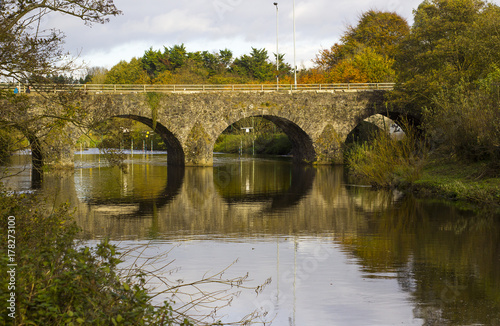 Cuadros en Lienzo The ancient stone built  Shaw's Bridge over the River Lagan close to the little