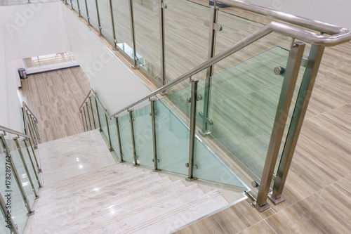 Photo Modern white marble stairs with steel and glass railing in a new modern building