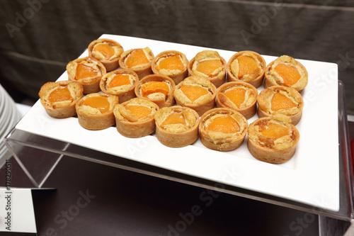 Plakat Okrągłe ciasto biszkoptowe w biały talerz catering, Grand deser w formie bufetu w luksusowy hotel restauracja