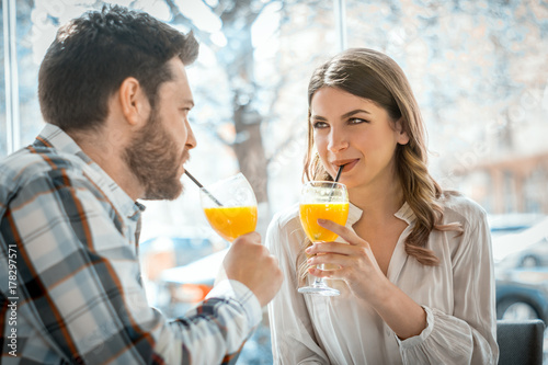 Plakat Para zakochanych w jedzeniu soku