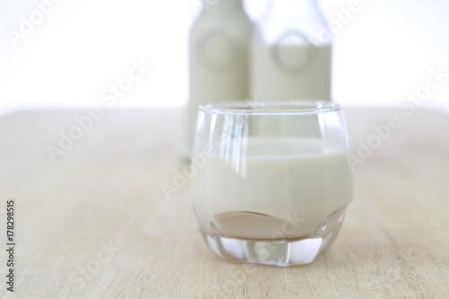 Fototapeta Mleko w szklanych butelkach, zbliżenie, tło