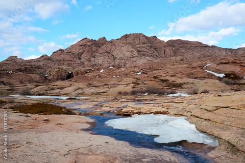 Zdjęcie XXL Widoki na górę Bektau Ata. Bektau Ata - teren górzysty pośrodku stepu Kazachstanu, w promieniu około 5-7 km.