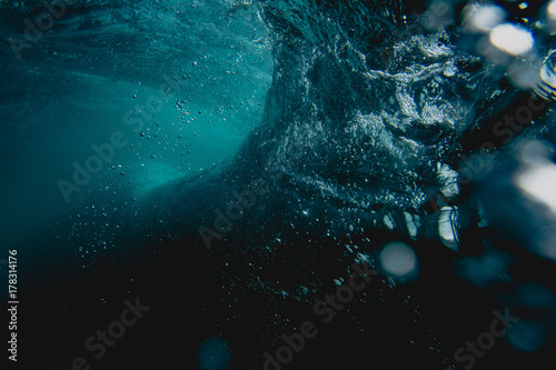 Foto Under water wave breaking