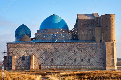 Plakat Rodzaje miasta Turkiestanu. Turkestan to miasto w południowo-kazachstańskim regionie Kazachstanu, w pobliżu rzeki Syr Daria.