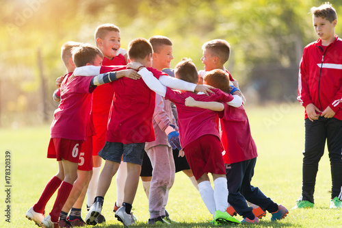Fotografiet  Kids soccer team in huddle
