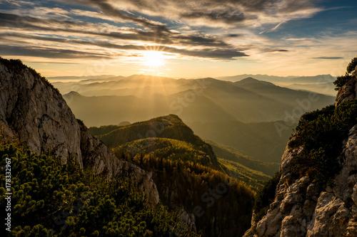 sonnenuntergang-auf-einem-osterreichischen-gipfel-mit-nebelschwaden-in-den-talern