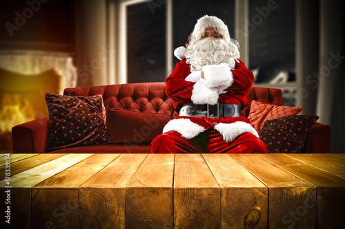 Zdjęcie XXL Święty Mikołaj na kanapie i drewnianym stole miejsce