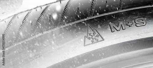 Valokuva  M+S-Reifen im Winter Pflicht.