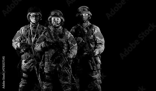 trzej-zolnierze-w-mundurach-z-bronia-w