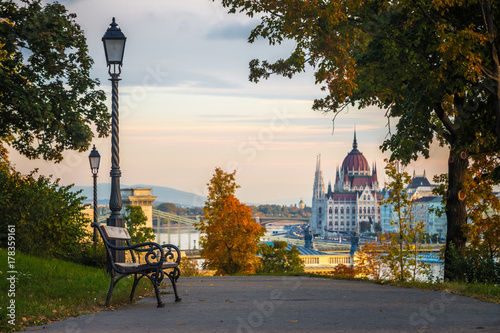 Foto auf AluDibond Herbst Budapest, Hungary - Bench and autumn foliage on the Buda hill with the Hungarian Parliament and Chain Bridge at background