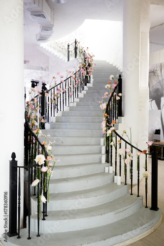 Staircase Decorated With Pink And White Flowers Kaufen Sie Dieses