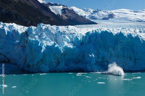 Plakat Spektakularny widok wycielenia lodowca Perito Moreno