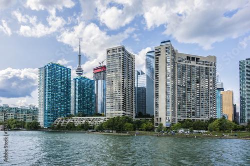 piekna-panorama-budynkow-toronto-widoczna-z-brzegu-jeziora