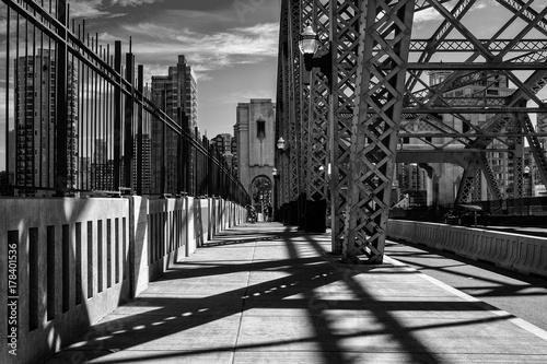 czarno-biale-zdjecie-mostu-w-vancouver