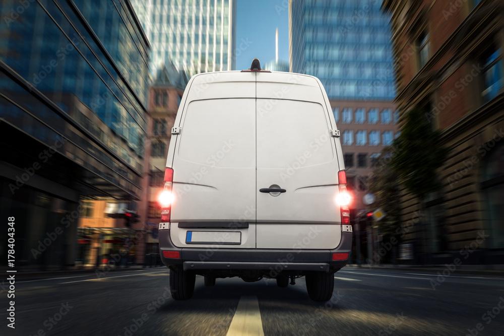 Fototapety, obrazy: Sprinter in Häuserschlucht