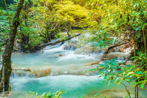 In de dag Groene koraal Erawan Waterfall, Erawan National Park at Kanchanaburi in Thailand