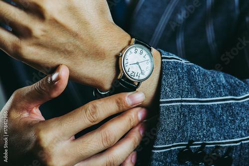 腕時計と男性