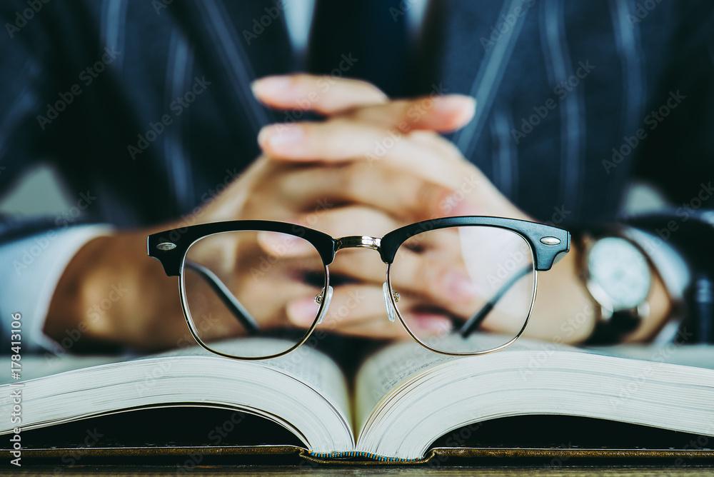Fototapeta 本と眼鏡 ビジネスイメージ