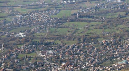 Obraz na płótnie widok z lotu ptaka na małe miasto na równinie