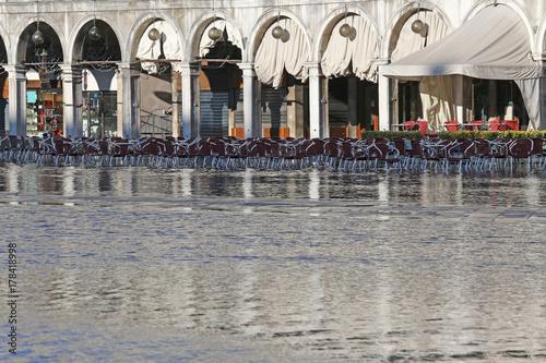 Plakat Bar Alfresco w Saint Mark z przypływem w Wenecji