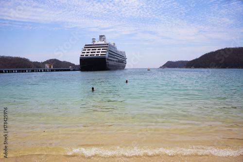 Zdjęcie XXL Statek wycieczkowy na nabrzeżu Huatulco. Meksyk.