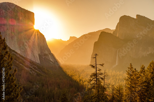 Papiers peints Morning Glory Yosemite National Park Valley at sunrise