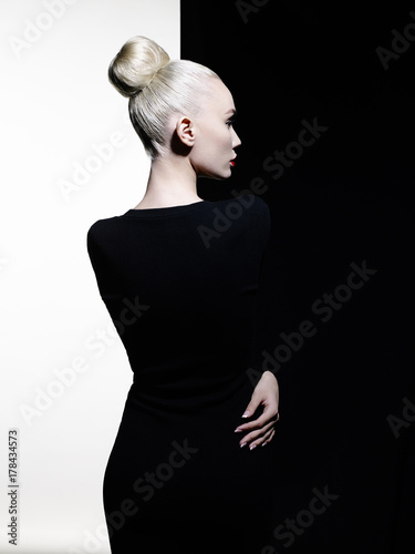 Keuken foto achterwand womenART Elegant blode in geometric black and white background