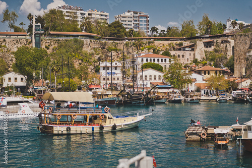La pose en embrasure Turquie The port of Marina and the resort town from adhering to them yachts 8633.