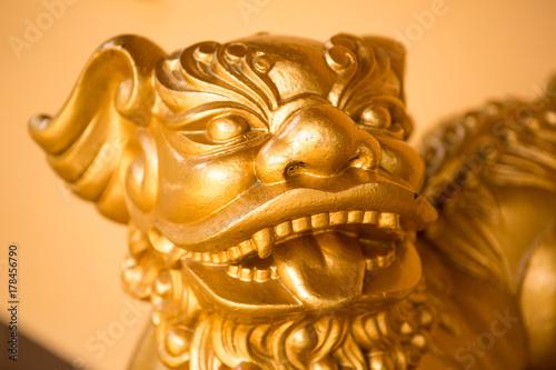 Zdjęcie XXL rzeźba zwierzęcia w azjatyckiej świątyni buddyjskiej