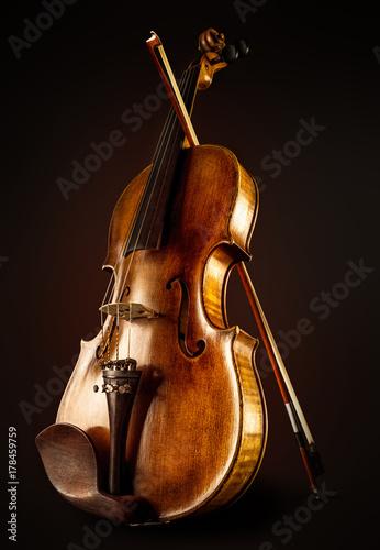 Fotografía close up of a violin and bow