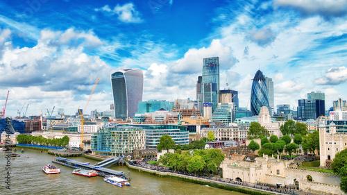 In de dag Havana LONDON - SEPTEMBER 25, 2016: City skyline along Thames river. London attracts 30 million tourists annually