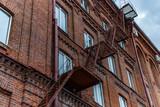 Metalowa drabina na starej ceglanej fasadzie - 178469562
