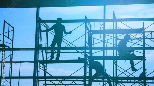 Fotografia Woker silhouette on scaffold contruction contractor safty working business