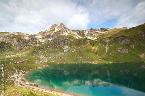 Poster Printemps turquoise alpine lake in mountains
