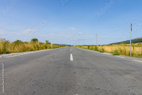 Zdjęcie XXL Asfaltowa droga cofa się w odległość.