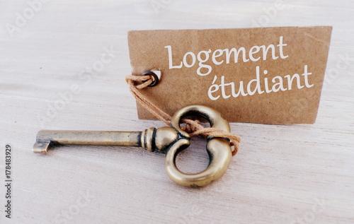 Fotografiet  logement étudiant,texte sur pancarte et clé,concept