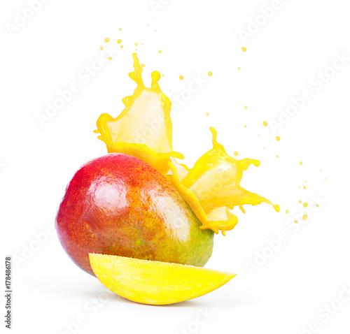 Fototapeta Mango z pluśnięciem mangowy sok odizolowywający na białym tle