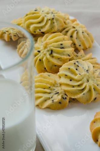 Plakat Domowe ciasteczka z masłem sezamowym i szklankę mleka.