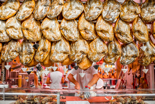 Fotografía Jamon, traditional spanish pork legs, hanging at the market store in Valencia, S