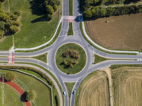 Fotodibond 3D Widok z lotu ptaka na rondo i cyrkulację pojazdu