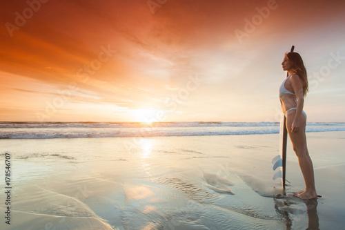 Plakat Kobieta z deską surfingową